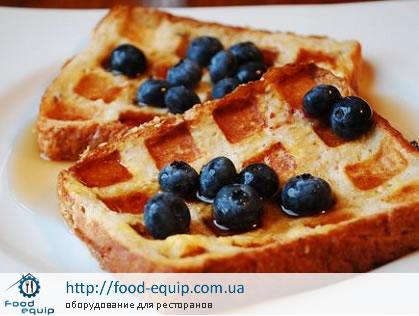 Вафли, приготовленные в вафельнице, украшенные ягодами черники. Вафельницу купить в Киеве на сайте food-equip.com.ua