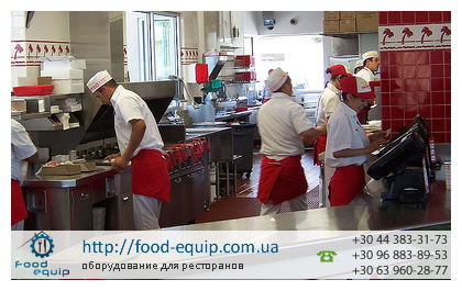 Кухня фаст-фуда с профессиональным оборудованием